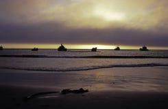 Barcos de pesca no por do sol Fotografia de Stock Royalty Free