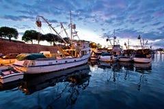 Barcos de pesca no por do sol colorido imagem de stock royalty free