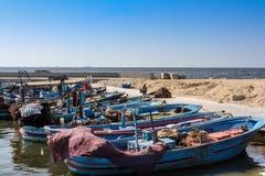 Barcos de pesca no porto imagens de stock royalty free