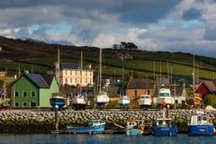 Barcos de pesca no porto dingle ireland imagem de stock