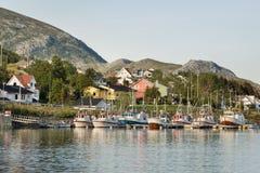 Barcos de pesca no porto pequeno, Noruega fotografia de stock royalty free