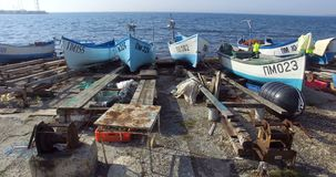 Barcos de pesca parqueados en Pomorie, Bulgaria almacen de metraje de vídeo