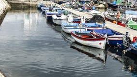 Barcos de pesca pequenos amarrados no porto foto de stock