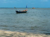 Barcos de pesca pequenos dos pescadores estacionados na praia fotos de stock