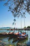 Barcos de pesca pequenos na aldeia piscatória imagem de stock