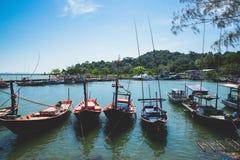 Barcos de pesca pequenos na aldeia piscatória imagens de stock