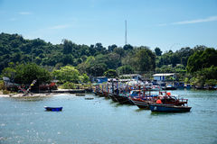 Barcos de pesca pequenos na aldeia piscatória fotos de stock
