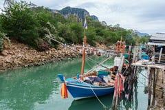 Barcos de pesca pequenos na aldeia piscatória fotografia de stock