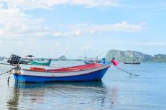 Barcos de pesca pequenos na praia Imagem de Stock Royalty Free