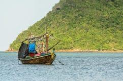 Barcos de pesca pequenos na praia Fotos de Stock Royalty Free