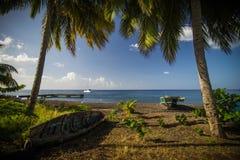Barcos de pesca pequenos na praia Imagem de Stock