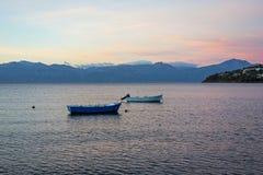 Barcos de pesca pequenos no alvorecer, Grécia Imagens de Stock