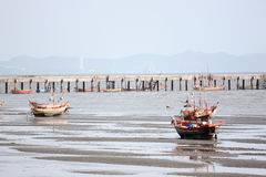 Barcos de pesca pequenos no litoral Fotografia de Stock Royalty Free
