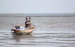 Barcos de pesca pequenos no litoral Fotografia de Stock