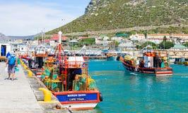 Barcos de pesca pequenos no porto da baía de Kalk imagem de stock
