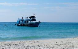 Barcos de pesca pequenos perto da ilha de Koh Samet fotos de stock