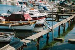 Barcos de pesca perto da terraplenagem Istambul, Turquia imagem de stock