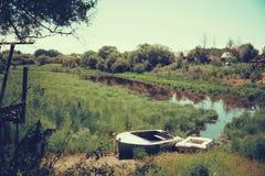 Barcos de pesca perto do rio Imagem de Stock