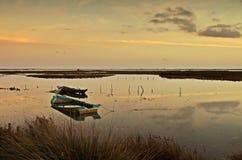 Barcos de pesca putrefactos por el río Fotos de archivo