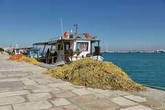 Barcos de pesca que atracan en la isla de Zakynthos, mar jónico, Grecia, E imagenes de archivo