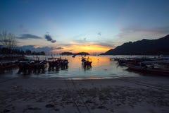 Barcos de pesca que descansam em uma praia fotos de stock