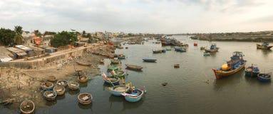 Barcos de pesca que entram no rio do Doc em Binh Thuan, Vietname Foto de Stock Royalty Free