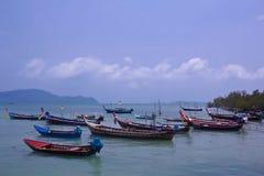 Barcos de pesca que flotan en el mar Imagen de archivo