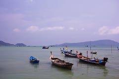 Barcos de pesca que flotan en el mar Foto de archivo