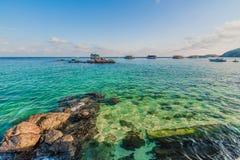 Barcos de pesca que flutuam no mar azul Foto de Stock Royalty Free