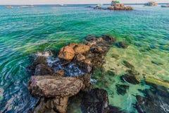 Barcos de pesca que flutuam no mar azul Fotos de Stock