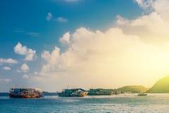 Barcos de pesca que flutuam no mar do azul do nascer do sol Fotos de Stock Royalty Free