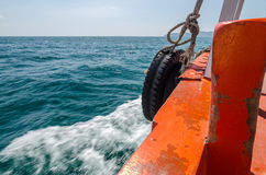 Barcos de pesca que navegan en el mar agitado fotografía de archivo