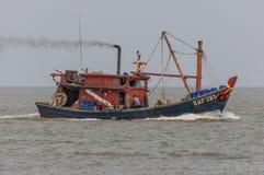 Barcos de pesca que se vuelven del mar Fotos de archivo libres de regalías