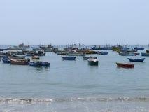 Barcos de pesca rústicos en Ancon Imagen de archivo libre de regalías