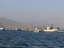 Barcos de pesca rústicos en Ancon, al norte de Lima, Perú Foto de archivo