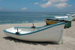 Barcos de pesca rústicos en el co Fotos de archivo libres de regalías