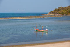 Barcos de pesca sós na água clara Fotografia de Stock