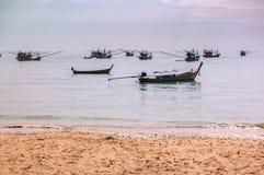 Barcos de pesca tailandeses en el ancla de la playa Imágenes de archivo libres de regalías