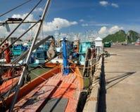 Barcos de pesca tailandeses en el embarcadero pesquero cerca de la ciudad de Prachuap imagenes de archivo