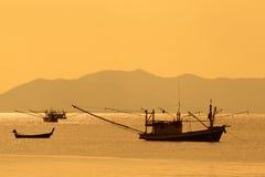 Barcos de pesca tailandeses en la puesta del sol Imagen de archivo libre de regalías