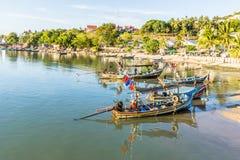 Barcos de pesca tailandeses na costa Fotos de Stock Royalty Free