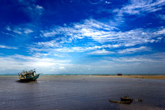 2 barcos de pesca tailandeses que balançam no mar no céu azul claro Imagem de Stock