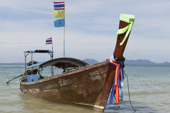 Barcos de pesca tailandeses tradicionais com fitas e as bandeiras coloridas TAILÂNDIA KRABI Fotografia de Stock Royalty Free