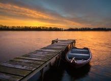 Barcos de pesca teniendo en cuenta el sol poniente Imágenes de archivo libres de regalías