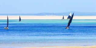 Barcos de pesca tradicionais com maré baixa Fotografia de Stock Royalty Free