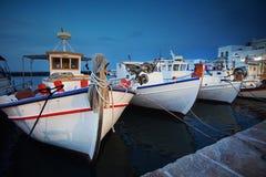 Barcos de pesca tradicionais no porto encantador de Naoussa, Cyclades, Grécia imagem de stock royalty free