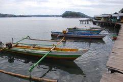 Barcos de pesca tradicionales en el embarcadero Indonesia de la madera Foto de archivo libre de regalías