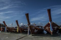 Barcos de pesca tradicionales en la playa en Koh Lipe en Tailandia meridional Foto de archivo