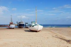 Barcos de pesca trenzados en la playa Imagen de archivo libre de regalías