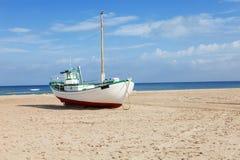 Barcos de pesca trenzados en la playa Foto de archivo
